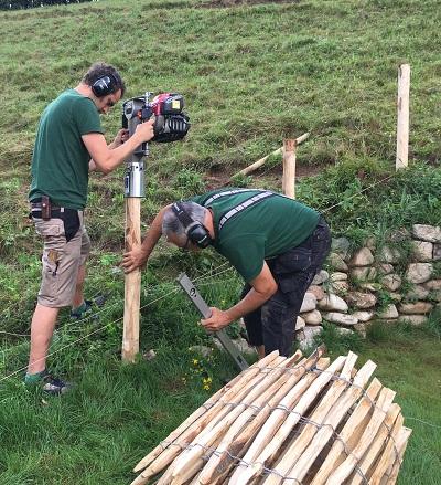 Aufbauanleitungen und Erklärvideos für die Zaunmontage von natur-zaun