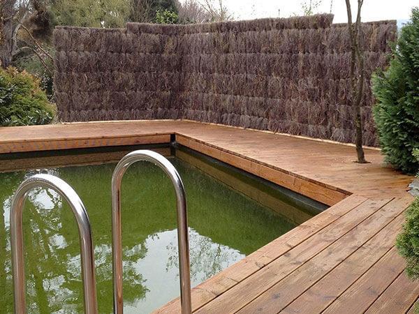 Sichtschutz aus Heidekraut am Pool