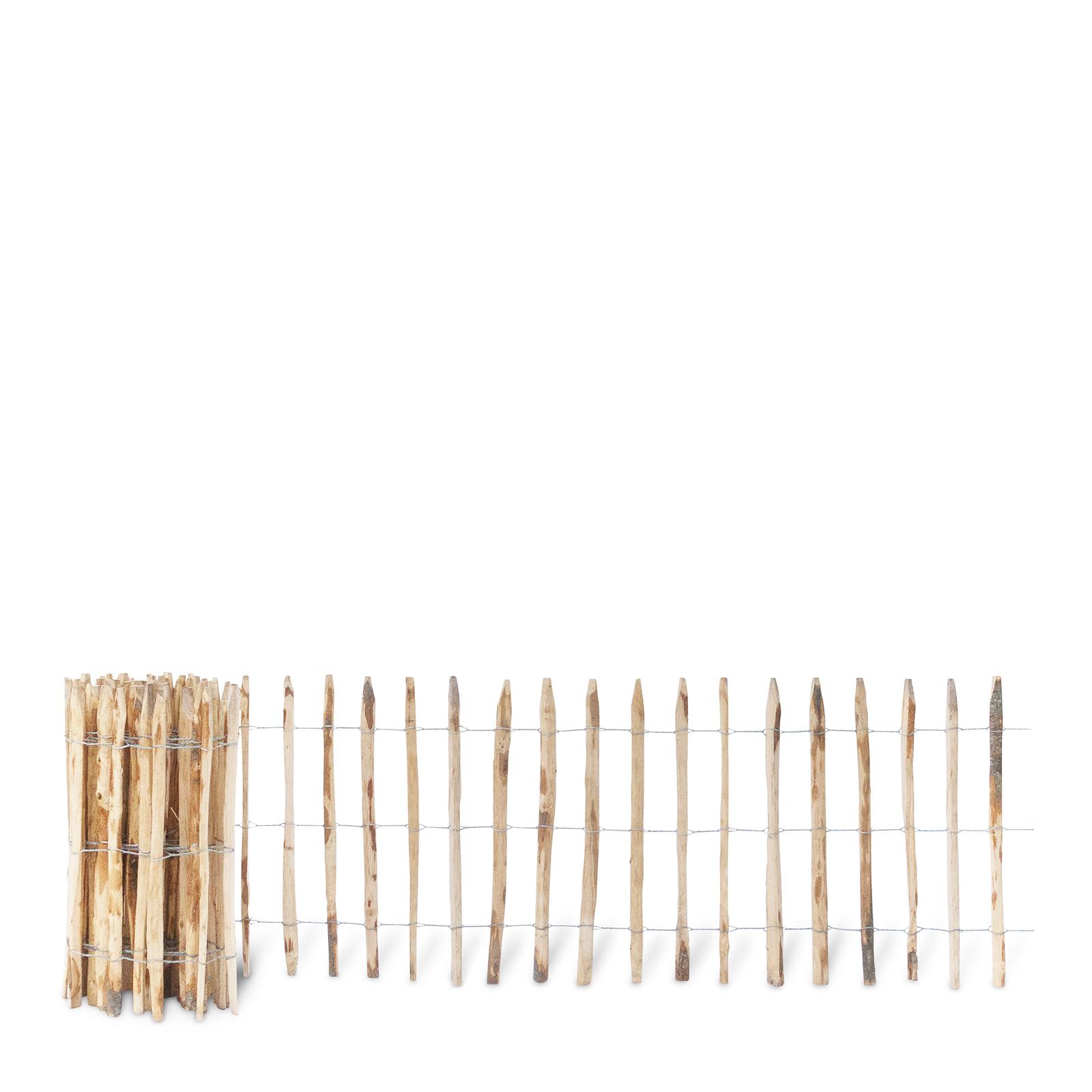 Französischer Staketenzaun aus Kastanienholz, 80 cm hoch mit einem Lattenabstand von 7-8 Zentimetern. Mit seinen angespitzten und verdrahteten Hölzern passt der schöne Zaun in jede Umgebung. Ganz ohne Pflege hält der natürliche Gartenzaun rund 20 Jahre.