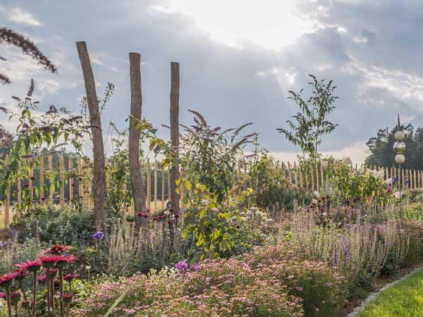 Robinienstämme als Dekoelement im Garten