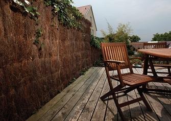 Sichtschutz aus Heidekraut auf der Terrasse