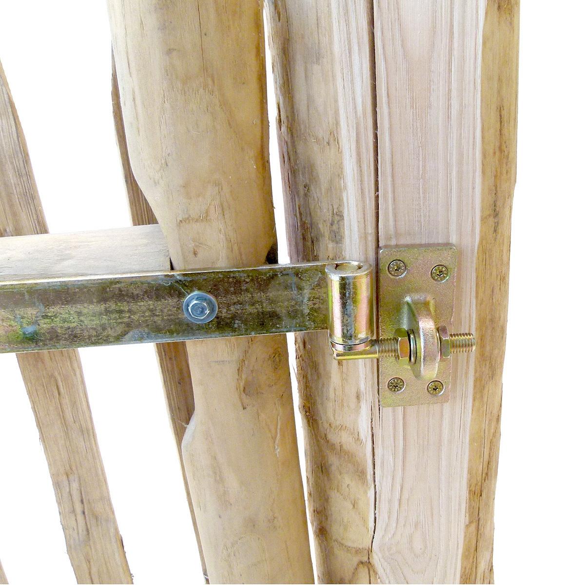 Torpfosten mit gehobelten Flächen zur optimalen Fixierung der Bänder