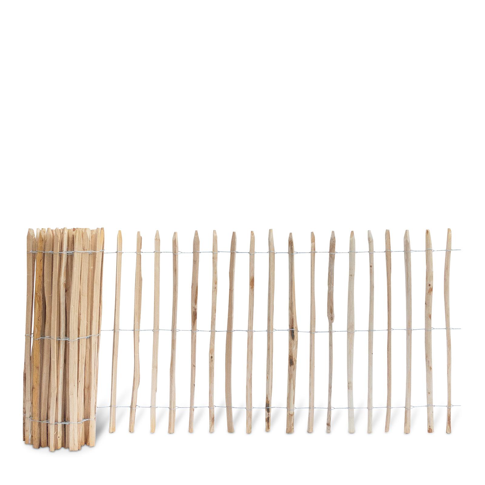 Französischer Staketenzaun aus Kastanienholz, 120 cm hoch mit einem Lattenabstand von 7-8 Zentimetern. Mit seinen angespitzten und verdrahteten Hölzern passt der schöne Zaun in jede Umgebung. Ganz ohne Pflege hält der natürliche Gartenzaun rund 20 Jahre.