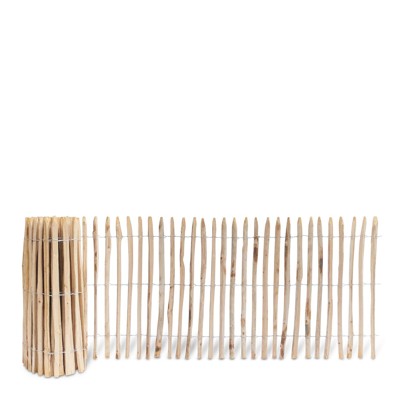 Französischer Staketenzaun aus Kastanienholz, 100 cm hoch mit einem Lattenabstand von 4-5 Zentimetern. Mit seinen angespitzten und verdrahteten Hölzern passt der schöne Zaun in jede Umgebung. Ganz ohne Pflege hält der natürliche Gartenzaun rund 20 Jahre.