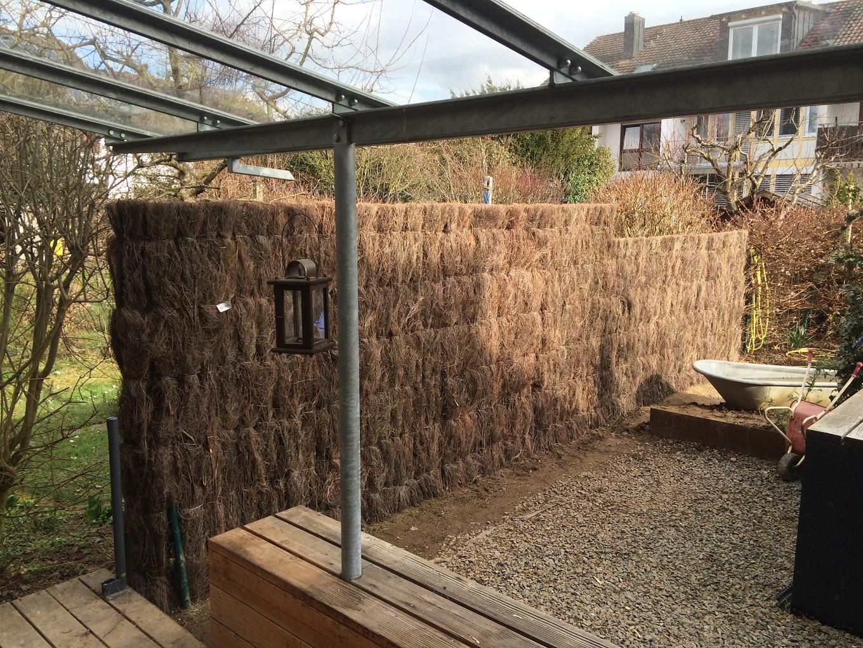 Sichtschutzzaun aus Heidekraut auf einer Terrasse montiert
