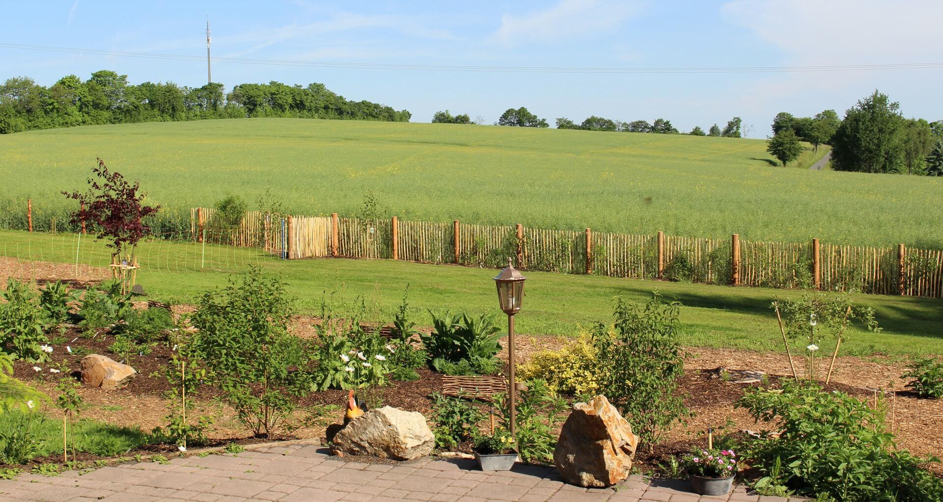 Staketenzaun aus Edelkastanienholz passt in jeden Garten.