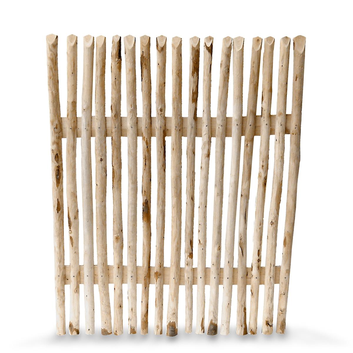 Halbrunde Einzelstaketen aus Kastanienholz, mittig aufgesägt, oben leicht angeschrägt