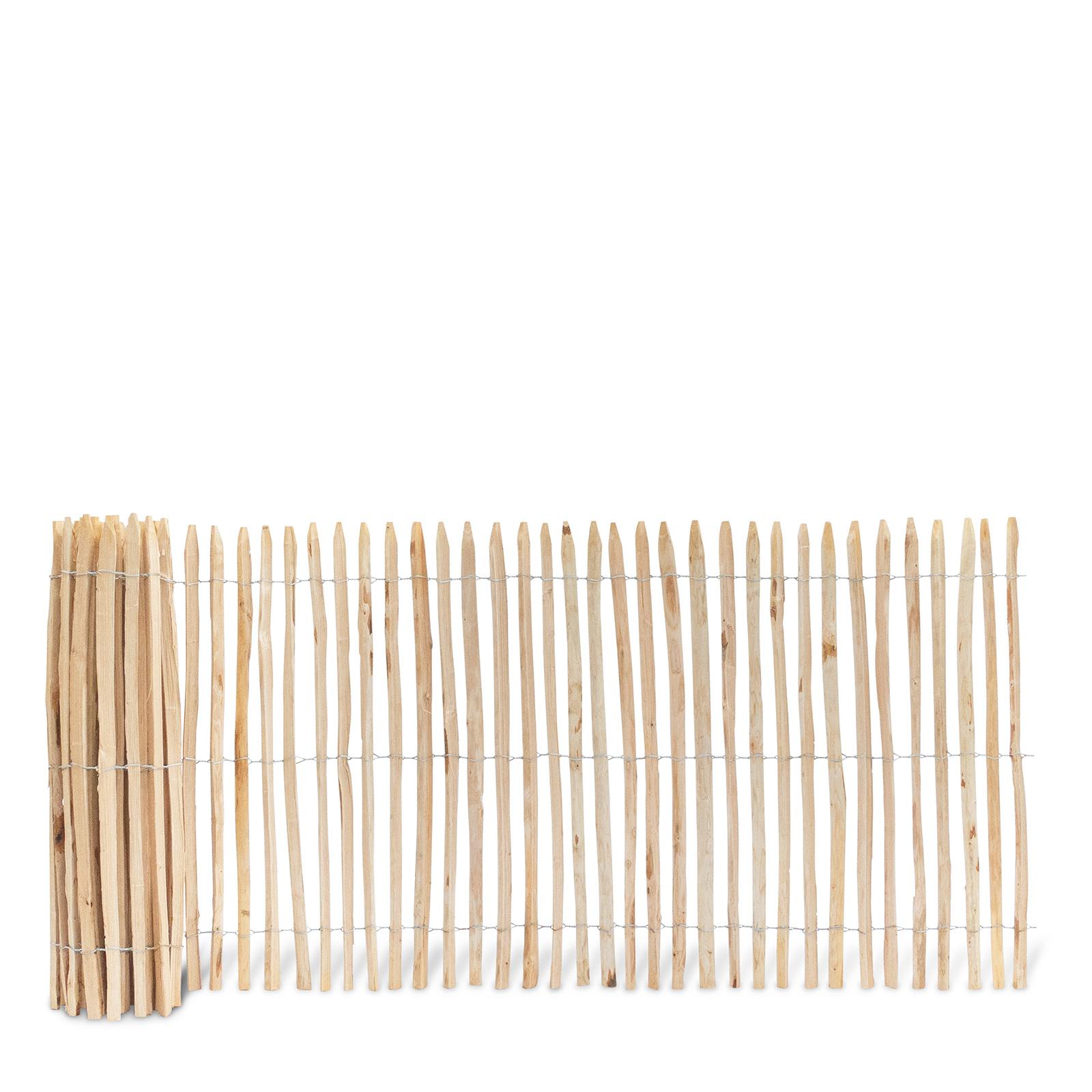 Französischer Staketenzaun aus Kastanienholz, 120 cm hoch mit einem Lattenabstand von 2-3 Zentimetern. Mit seinen angespitzten und verdrahteten Hölzern passt der schöne Zaun in jede Umgebung. Ganz ohne Pflege hält der natürliche Gartenzaun rund 20 Jahre.