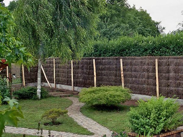 Sichtschutz aus Heidekraut im Garten