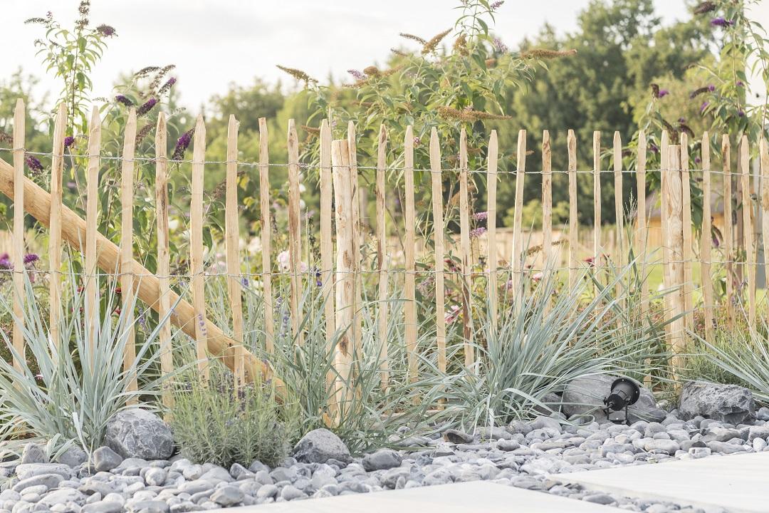 Staketenzaun um einen Garten