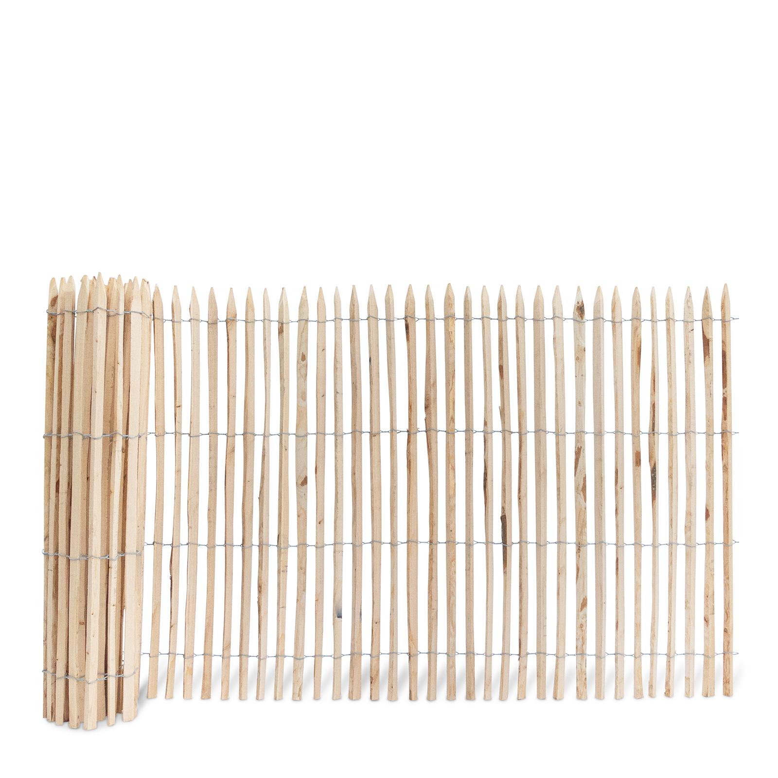 Französischer Staketenzaun aus Kastanienholz, 150 cm hoch mit einem Lattenabstand von 2-3 Zentimetern. Mit seinen angespitzten und verdrahteten Hölzern passt der schöne Zaun in jede Umgebung. Ganz ohne Pflege hält der natürliche Gartenzaun rund 20 Jahre.