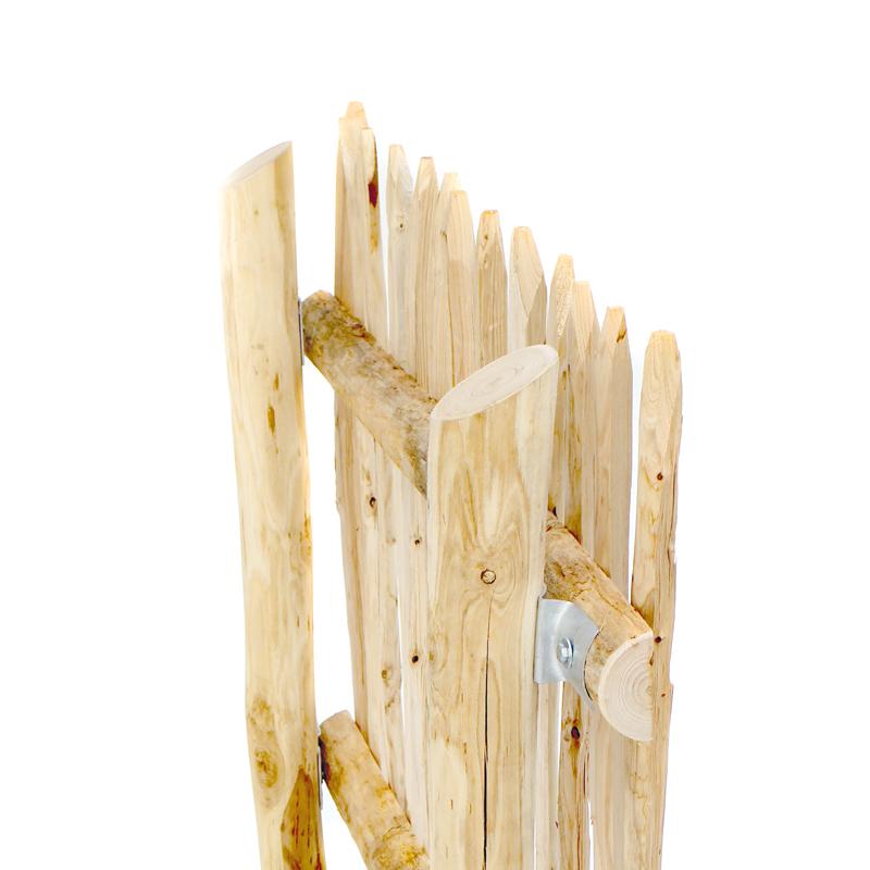 Querriegel aus witterungsbeständigem Kastanienholz sind bestens als Trägermaterial Naturzäune geeignet.