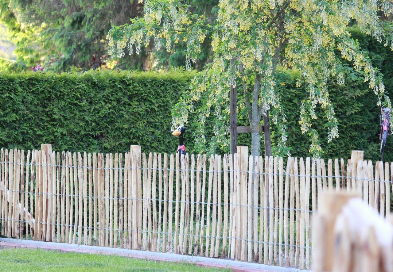 Staketenzaun aus Edelkastanienholz als stilvolle Umrandung des Gartens.