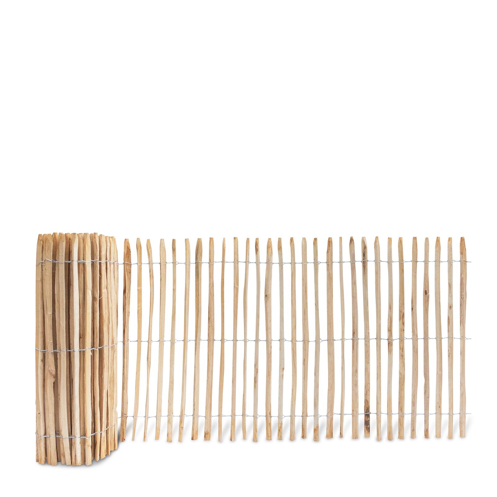 Französischer Staketenzaun aus Kastanienholz, 120 cm hoch mit einem Lattenabstand von 4-5 Zentimetern. Mit seinen angespitzten und verdrahteten Hölzern passt der schöne Zaun in jede Umgebung. Ganz ohne Pflege hält der natürliche Gartenzaun rund 20 Jahre.