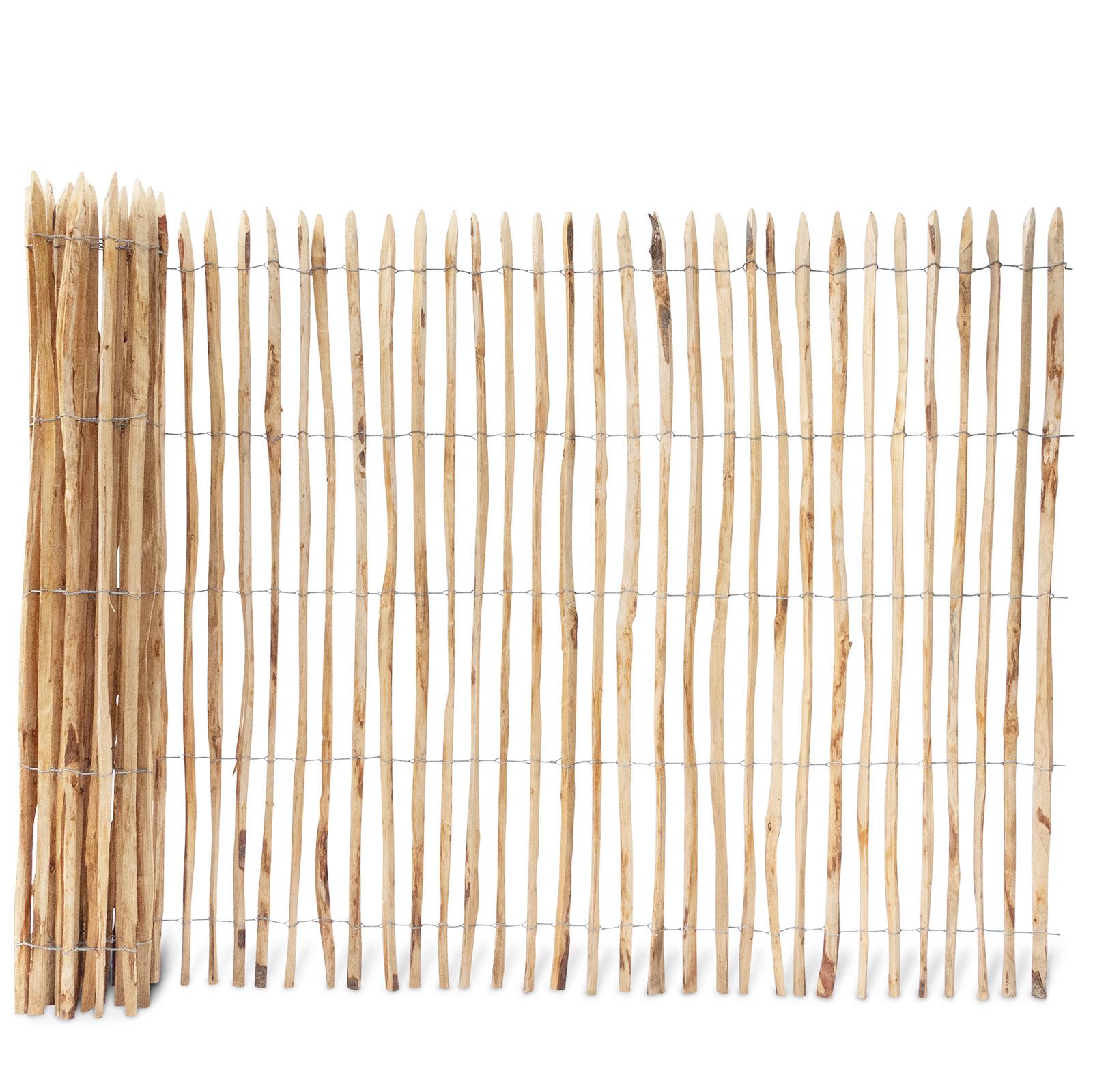 Französischer Staketenzaun aus Kastanienholz, 200 cm hoch mit einem Lattenabstand von 4-5 Zentimetern. Mit seinen angespitzten und verdrahteten Hölzern passt der schöne Zaun in jede Umgebung. Ganz ohne Pflege hält der natürliche Gartenzaun rund 20 Jahre.