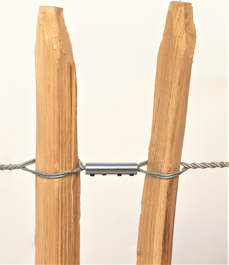 Staketenzaunenden werden mit Schraubverbindern zusammengefügt